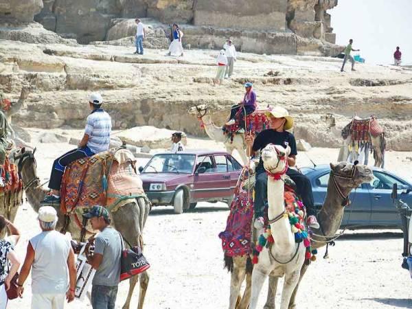 Gizeh Pyramids Tourist Chaos, Cairo Shore Excursion