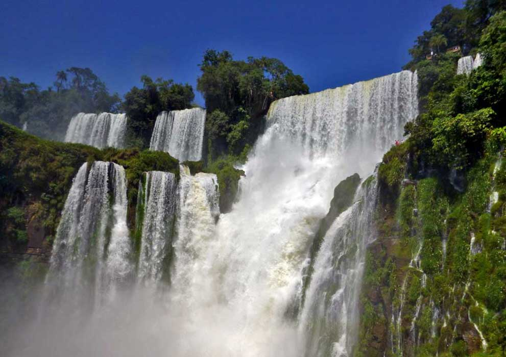 Salto Bossetti waterfall viewed from Iguazú River