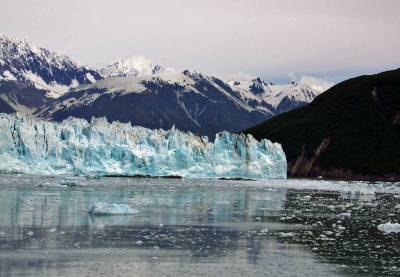 Hubbard Glacier enters Disenchantment Bay