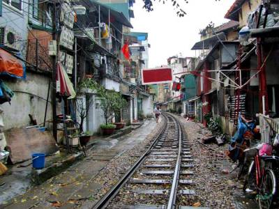 Poverty along Railway, Hanoi
