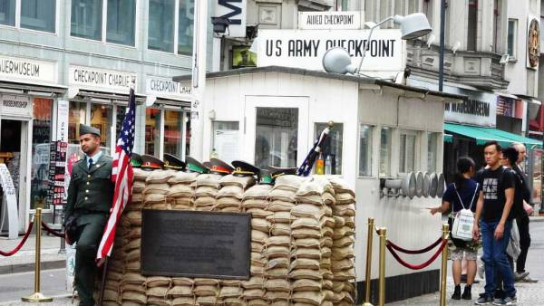 Checkpoint Charlie, Touring Berlin